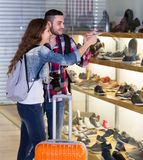 学习鞋店分类的游人 库存照片