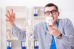 学习骨骼的医科学生在教室在演讲期间 库存照片