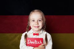 学会与愉快的儿童女孩的德语概念 图库摄影