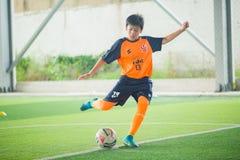 学会与父母和教练的孩子足球 免版税图库摄影