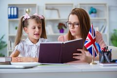学会与老师的女孩英语 免版税库存图片