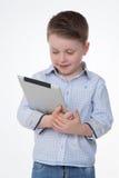 学会与他的设备的男性孩子 免版税库存图片