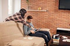 学会为考试的学生与在家庭内部的eBook一起 图库摄影
