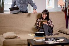 学会为考试的学生与在家庭内部的eBook一起 免版税库存照片