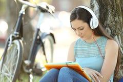 学会听见音频讲解的学生 免版税图库摄影