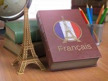 学会和studiyng法国人概念 与法国旗子的书和e-i 免版税库存图片