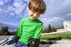 学会四轮溜冰的小学龄前儿童男孩 库存图片