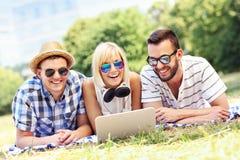 学会在公园的小组愉快的学生 免版税库存图片