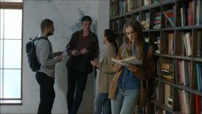 学会在图书馆里的美丽的女学生 影视素材