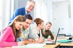 学会在学院的小组学生 免版税图库摄影