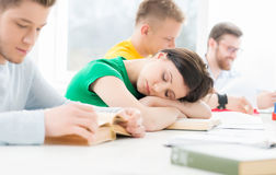 学会在教室的年轻和聪明的学生 图库摄影