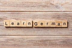学会在木刻写的德国词 学会在桌上的德国文本,概念 免版税库存照片
