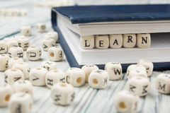 学会在木刻写的词 免版税库存图片