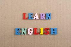 学会在从五颜六色的abc字母表块木信件组成的纸背景的英国词,复制广告文本的空间 免版税库存图片