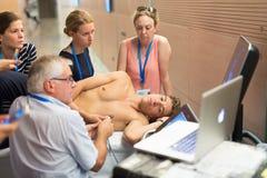 学会在医疗国会的参加者新的超声波技术 库存照片