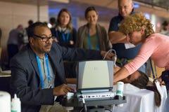学会在医疗国会的参加者新的超声波技术 免版税图库摄影
