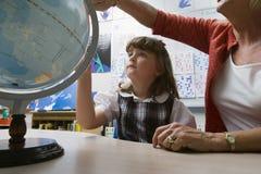 学会地理的小女孩 免版税库存图片