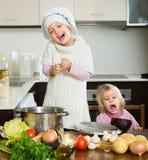 学会如何的两个妹烹调 免版税库存图片