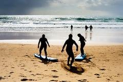 学会如何的冲浪的学校冲浪在海滩葡萄牙 免版税库存图片