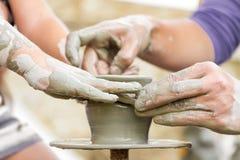 学会如何的孩子做罐,老陶瓷工h 免版税图库摄影
