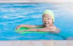 学会如何的逗人喜爱的小女孩游泳 免版税库存照片