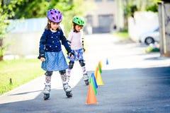 学会对在路的溜冰鞋的孩子有锥体的 免版税库存图片
