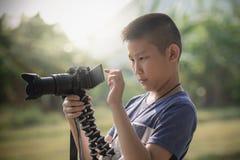 学会对拍的亚裔男孩从照相机的照片 免版税库存图片