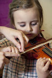 学会小提琴使用的学龄前孩子 免版税库存照片