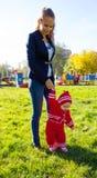 学会小的婴孩走 拿着baby& x27的妈妈; s手 图库摄影