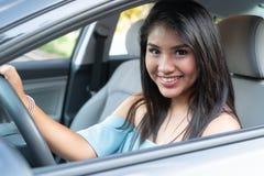 学会年轻西班牙的十几岁的女孩驾驶 库存图片