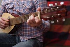 学会弹一把小的吉他 免版税库存图片