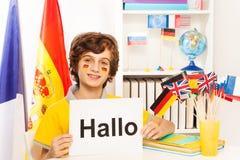 学会德语的男小学生在轻的教室 免版税库存图片