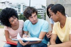 学会户外在校园里的小组巴西学生 免版税库存图片