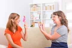 学会手势语的聋妇女 免版税库存照片