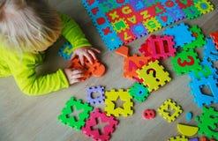 学会数字和算术的小女婴 免版税库存照片