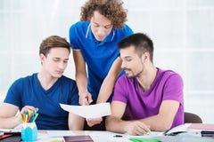 学会新的信息的学生在教室 免版税库存图片