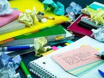 学会新的语言文字词在笔记本的许多次; 免版税库存照片