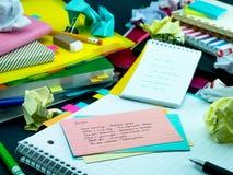 学会新的语言文字词在笔记本的许多次; 图库摄影