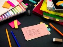 学会新的语言文字词在笔记本的许多次; 免版税库存图片