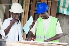 学会木匠业的工艺少妇 免版税图库摄影