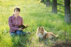 学会本质上与狗的学生女孩 免版税库存照片