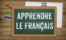 学会法语,在绿色板,教育概念的白垩 免版税库存照片