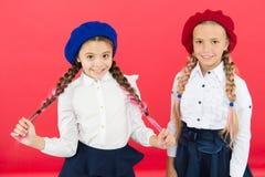 学会法语 制服的愉快的孩子 友谊和妇女团体 r 法国贝雷帽的女孩 免版税库存图片