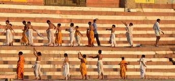 学会瑜伽的孩子 库存照片
