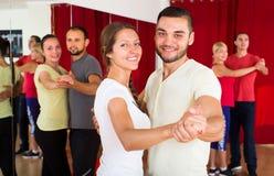学会的夫妇在舞蹈学校跳舞 免版税库存图片