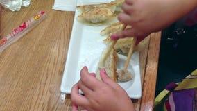 学会的女孩吃与中国筷子 影视素材