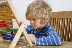 学会的孩子使用算盘 免版税图库摄影