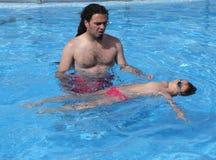 学会的孩子游泳,游泳的教训 免版税库存照片