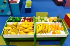 学会的孩子的果子玩具能演奏和做生意 库存图片