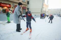 学会的孩子滑雪 免版税库存照片